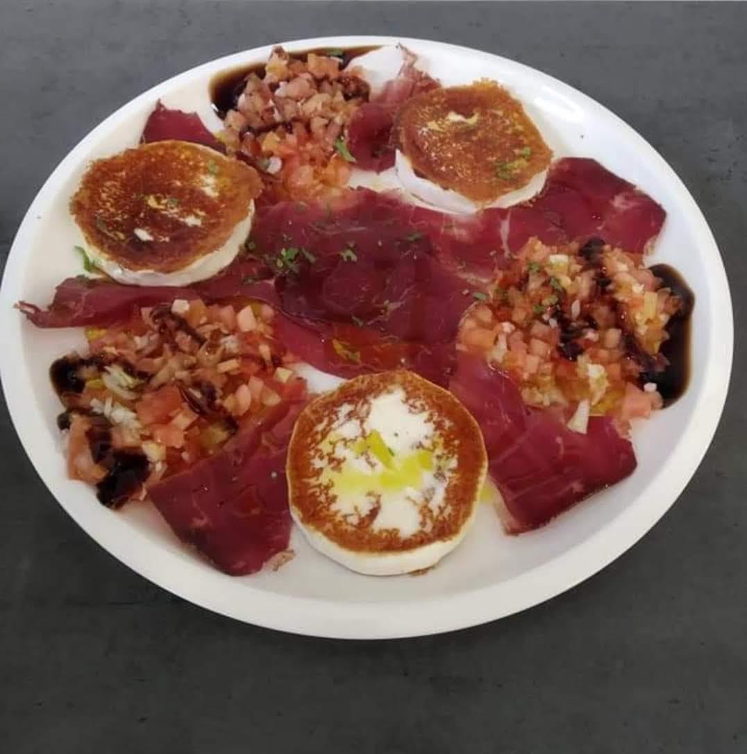 ensalada queso cabra, tomate y cecina